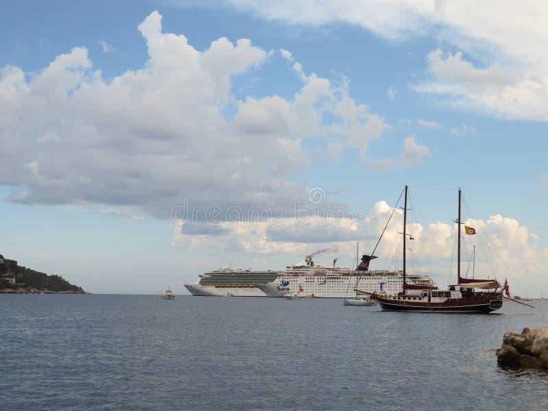 De Grote Vakantie van Ibero van cruisevoeringen en Royal Caribbean-Vrijheid van het Overzees, luxejacht in de Villefranche-lagune royalty-vrije stock afbeelding