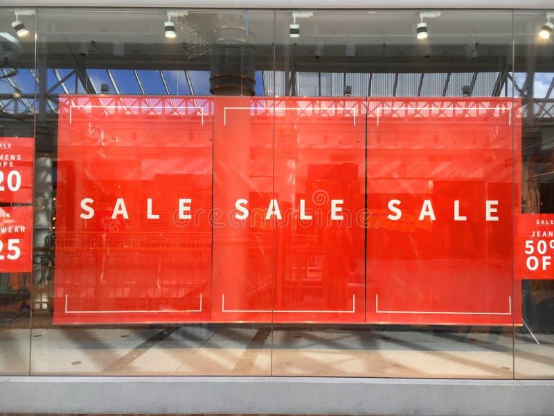 De grote Verkoopbanners die hangen in tonen venstervertoning royalty-vrije stock foto's