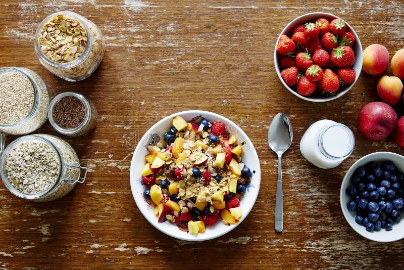 De grote verscheidenheid van de Mueslibar van organisch graangewas en verse seizoengebonden vruchten gezonde levensstijl stock foto's