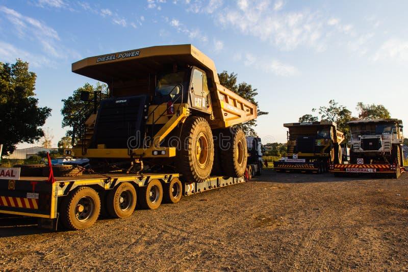 De grote Vrachtwagens van de Mijnbouw van Grondwerken stock afbeeldingen