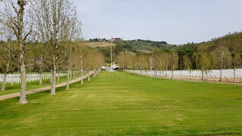 De grote well-kept groene gazons kenmerken Florence American Cemetery en Herdenkings, Florence, Italië royalty-vrije stock afbeeldingen