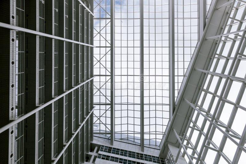 De grote witte de bureaubouw blauwe bouw van de hemelpalm velen high-tech Den Haag Hague binnen binnen binnen moderne neoteric ni royalty-vrije stock foto's