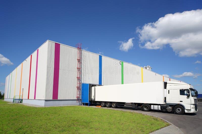 De grote witte vrachtwagen is dichtbij pakhuis van Caparol royalty-vrije stock foto
