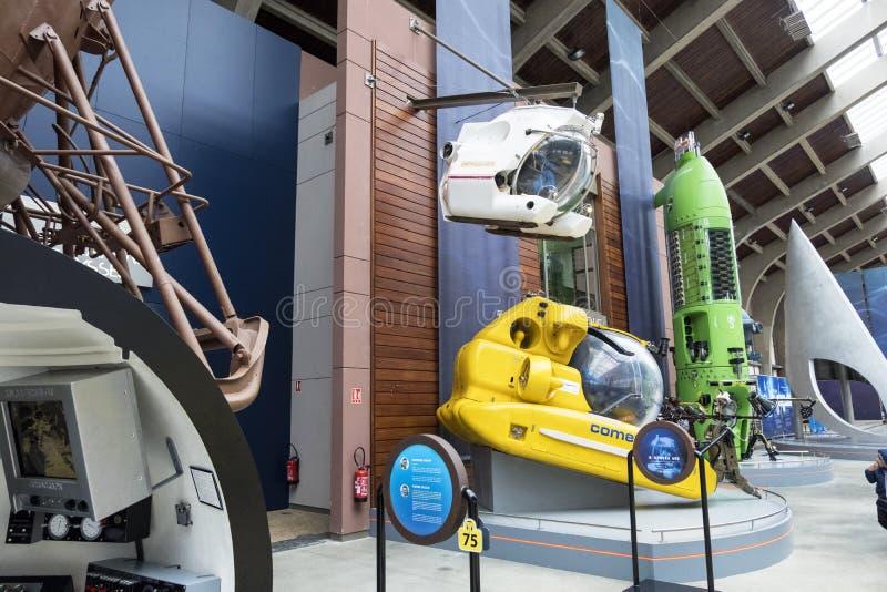 De Grote Zaal met beroemde bathyscaphes in het maritieme museum La Cite DE La Mer in Cherbourg, Frankrijk stock foto