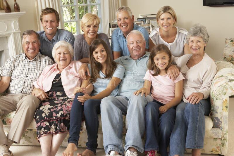 De grote Zitting van de Familiegroep op Sofa Indoors royalty-vrije stock fotografie