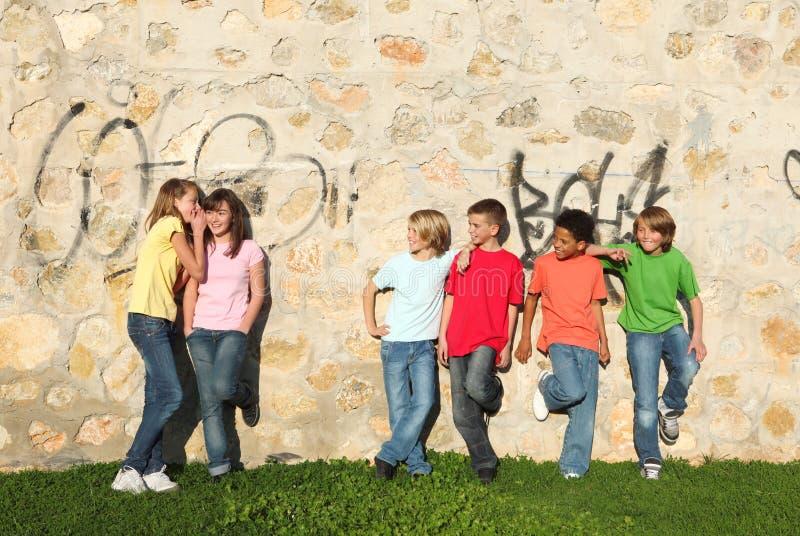 de groupe chuchotement d'années de l'adolescence pré images libres de droits