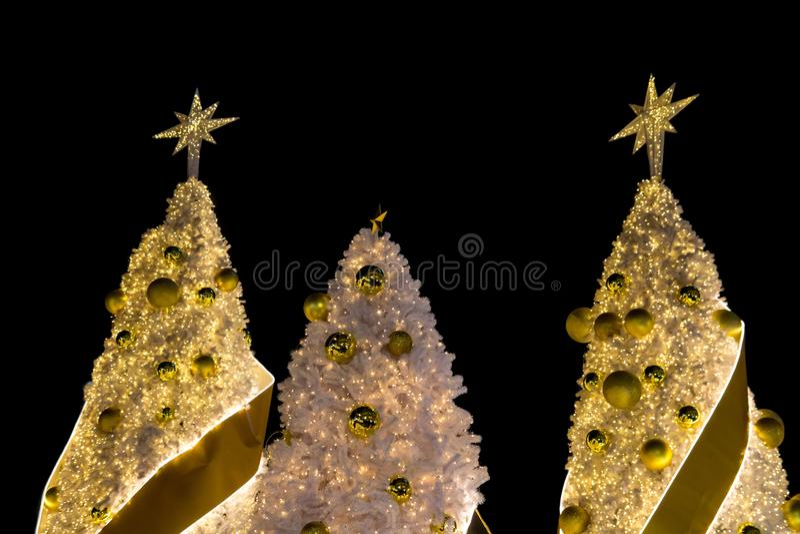 De guld- dekorerade julgranarna royaltyfri bild
