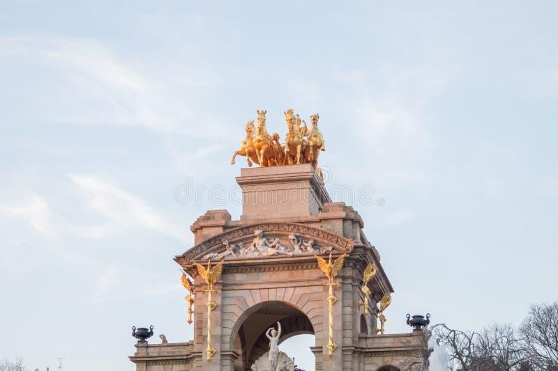 De guld- hästdiagramen av Cascadaen som är monumental i Ciutadellaen, parkerar eller Parc de la Ciutadella i Barcelona, Spanien fotografering för bildbyråer