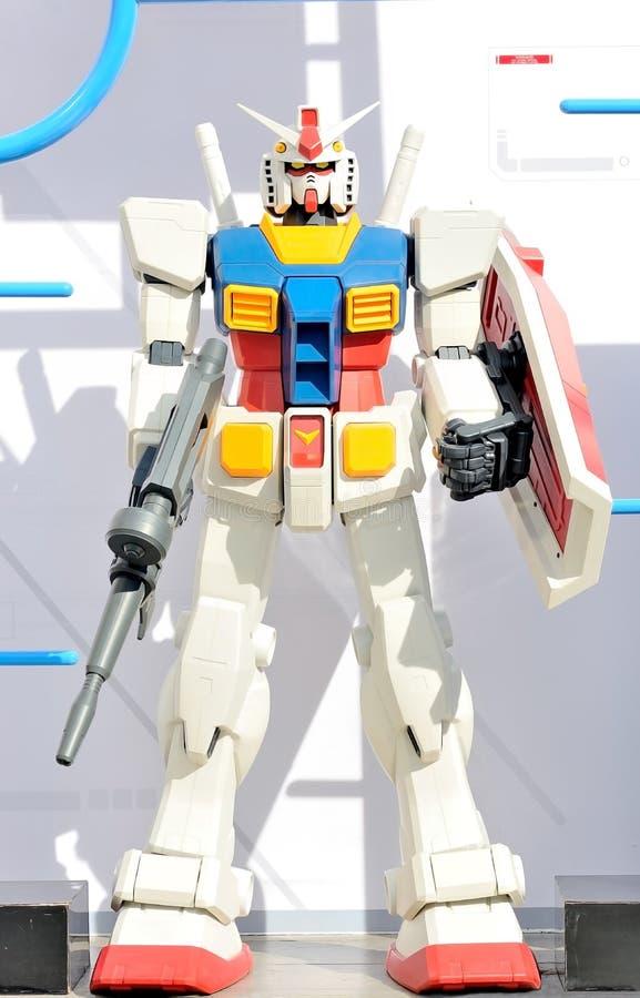 De Gundamrobot modelleerde ongeveer 1 meterlengte Op een witte achtergrond stock foto's