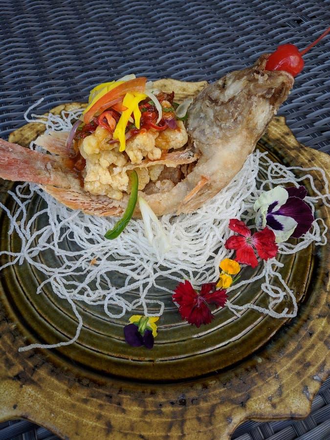 De Guramesambal Bangkok is Indonesisch die voedsel, van gebraden die karper wordt gemaakt met de Spaanse pepersaus van Bangkok wo royalty-vrije stock afbeelding