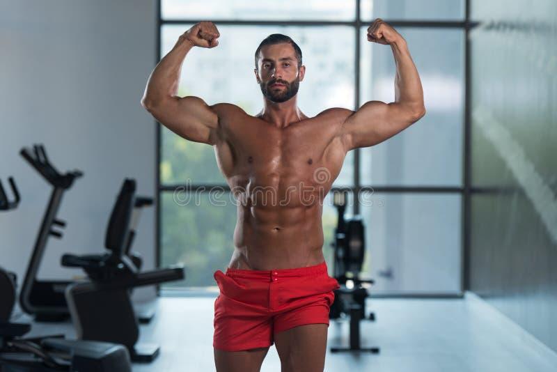De Gymnastiek van Front Double Biceps Pose In van de bodybuilderverbuiging stock foto
