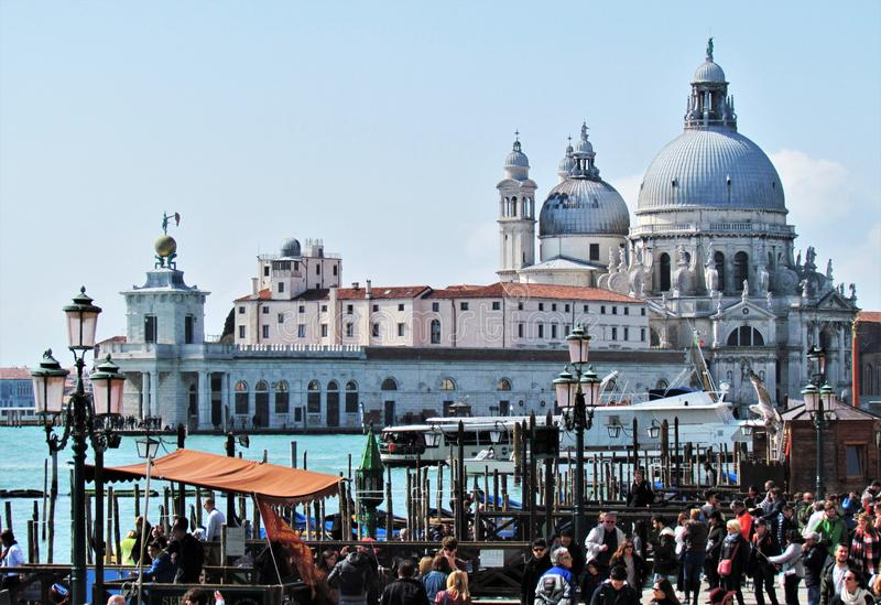 De härliga Labasilikadina Santa Maria della Salute i Venedig, Italien royaltyfria foton