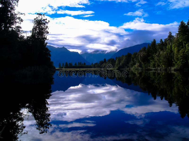 De härliga speglarna av sjön Matheson, Nya Zeeland arkivbild