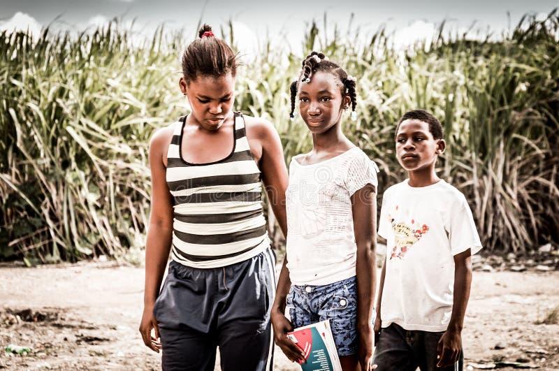 De Haïtiaanse kinderen in vluchteling kamperen stock afbeelding