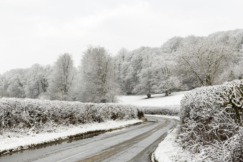 De haag Gevoerde die Steeg van het Land door Sneeuwgebieden in de Winter, Penn, Buckinghamshire, Engeland, het UK wordt omringd royalty-vrije stock afbeelding