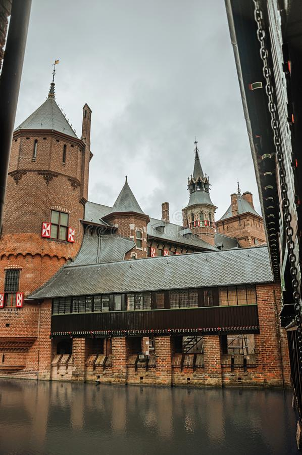 De Haar Castle con las torres del ladrillo, el puente de madera y la fosa del agua en día lluvioso, cerca de Utrecht fotos de archivo