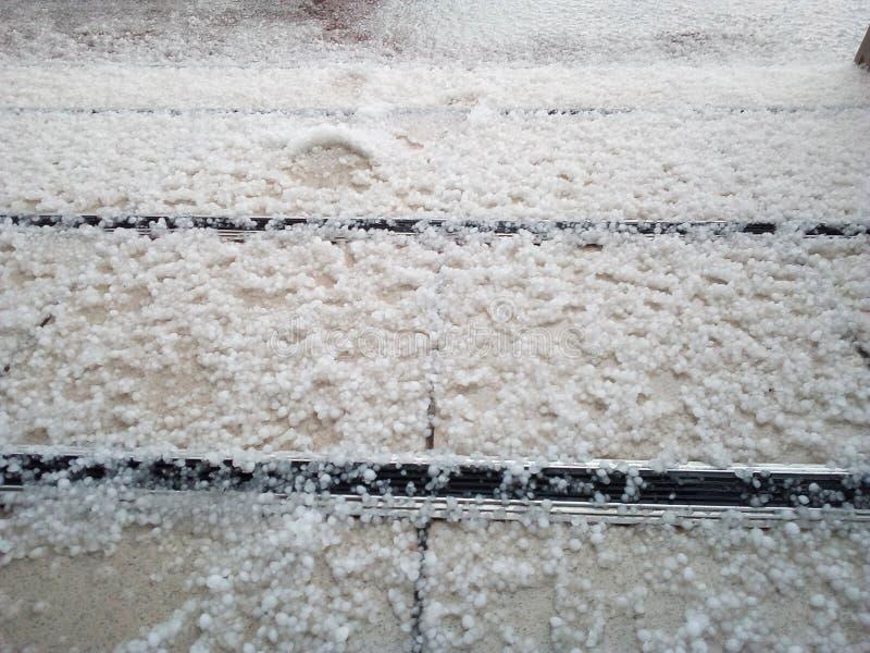 De hagel ter plaatse, kleurpotlodenhagelstenen ligt op de vloer royalty-vrije stock afbeelding