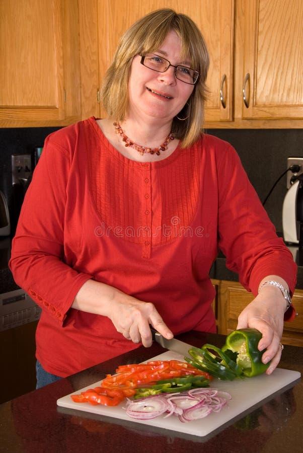 De hakkende groenten van de vrouw. royalty-vrije stock foto