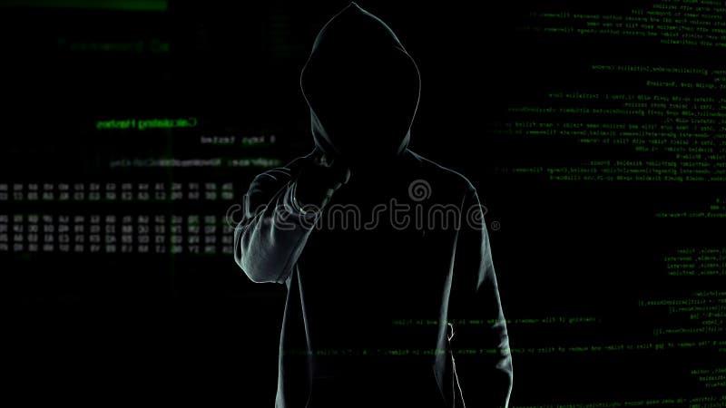 De hakker maakt het bedreigen van gebaar in de camera, cyber aanval en chantage royalty-vrije stock afbeeldingen