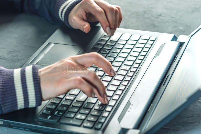 De hakker de programmeur typt op het toetsenbord van laptop om het systeem te binnendringen in een beveiligd computersysteem stock afbeeldingen