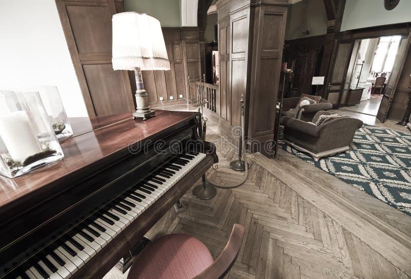 De hal en de piano van het hotel royalty-vrije stock afbeelding