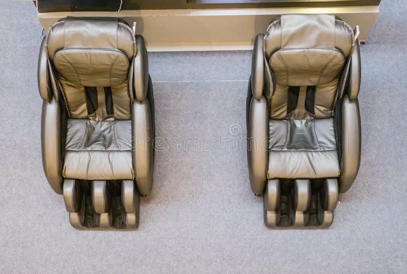 De hal rust met massagebanken uit voor guestshadow op de vloer en bezinning over de spiegel I stock afbeeldingen