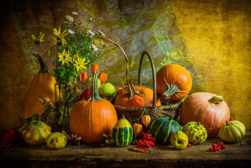 De Halloween del otoño de la caída de la calabaza del ajuste todavía de la tabla vintage de la vida fotografía de archivo