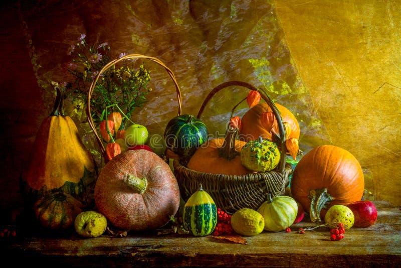 De Halloween del otoño de la caída de la calabaza del ajuste todavía de la tabla vintage de la vida foto de archivo libre de regalías