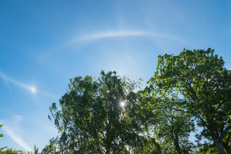 De halolicht van Nice met zon bij de zomerochtend in Naantali, Finland stock fotografie