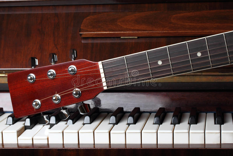 De hals van de gitaar op pianosleutels royalty-vrije stock foto