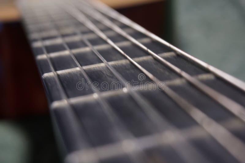De hals van de klassieke gitaar als weg van het leven stock afbeeldingen