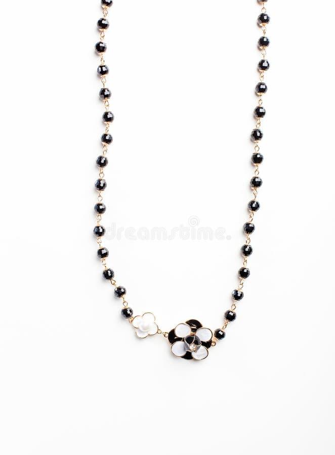De halsband met bloem en de zwarte parels isoleerden dicht omhoog royalty-vrije stock afbeelding