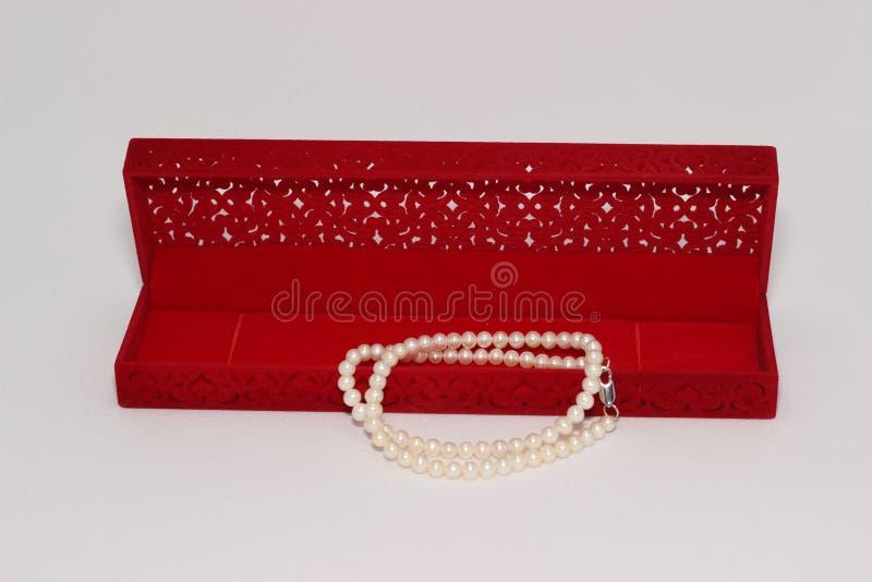 De Halsband van de parel en de Rode Doos van de Gift royalty-vrije stock afbeelding