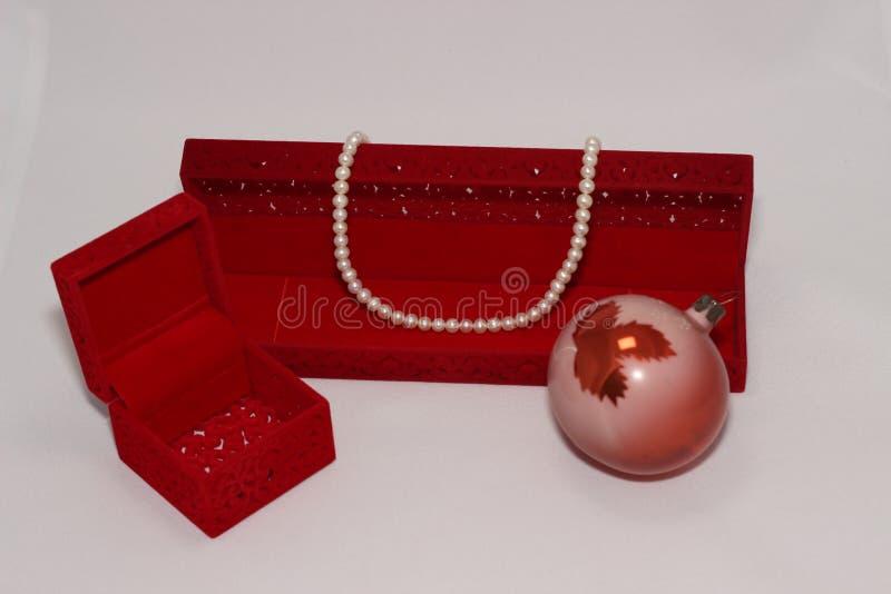 De Halsband van de parel en de Rode Doos van de Gift stock foto's