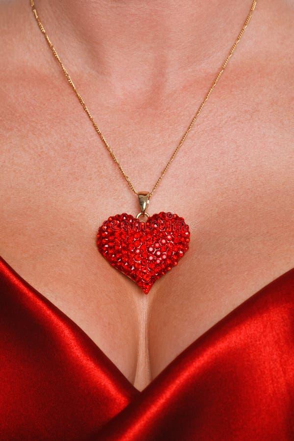 De halsband van het hart en rode satijnkleding stock afbeeldingen