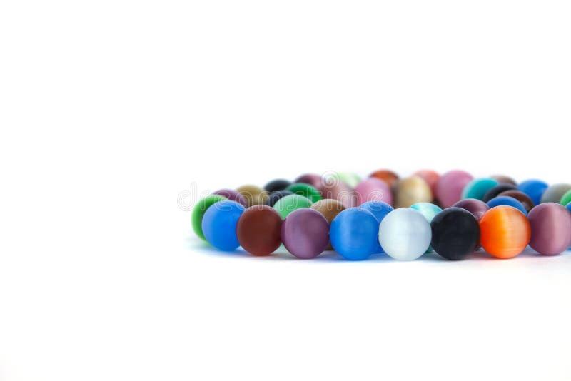 De halsband van het het oogkwarts van de kat en armband, selectieve nadruk op witte ge?soleerde achtergrond Kleurrijke edelstenen stock fotografie