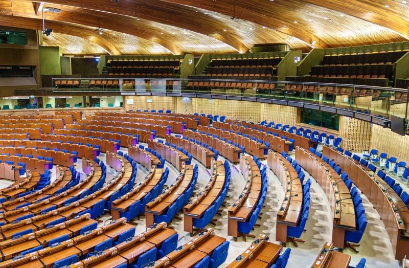 De Halve cirkel van de Parlementaire vergadering van de Raad van Europa, TEMPO CoE is een organisatie het van wie doel aan is stock fotografie