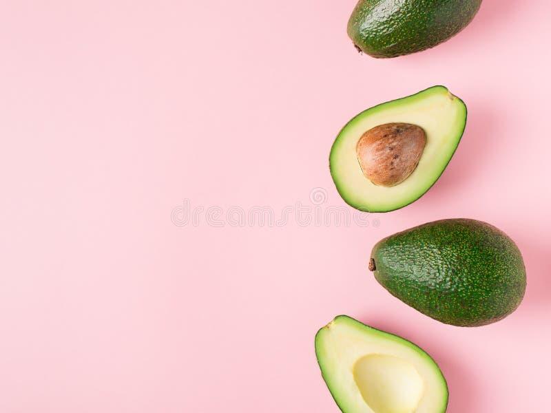 De halve en volledige ruwe pastelkleur van avocadominimalism stock fotografie