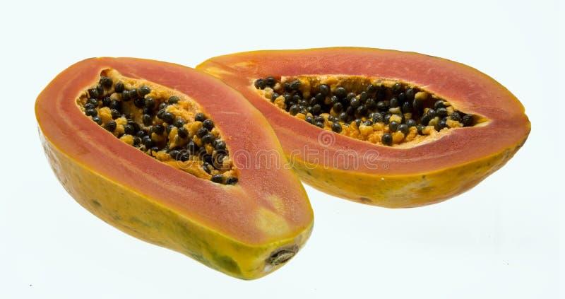 De halve vruchten van de besnoeiingspapaja op witte achtergrond stock foto