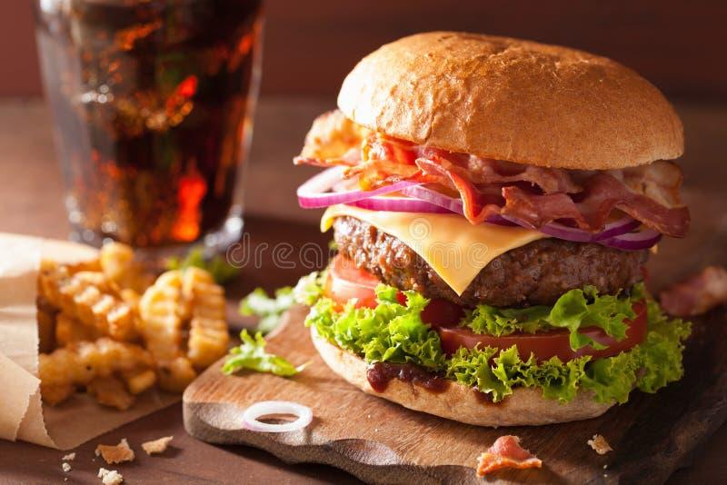 De hamburger van de baconkaas met de kola van de de tomatenui van het rundvleespasteitje stock foto's
