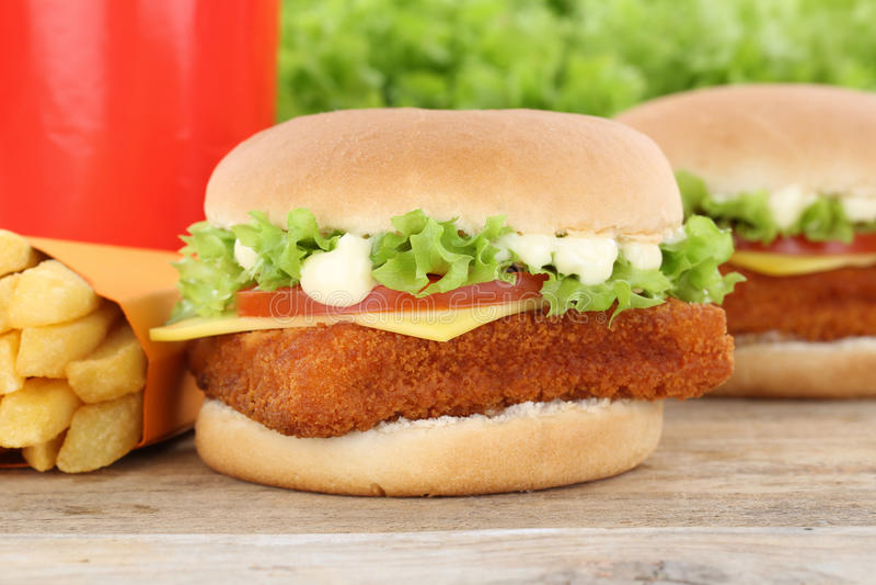 De hamburger van de vissenhamburger fishburger en van het gebraden gerechtenmenu de drank van maaltijdcombo royalty-vrije stock fotografie