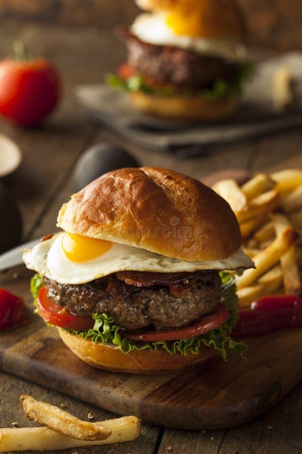 De Hamburger van het Homemmadebacon met Ei royalty-vrije stock foto's