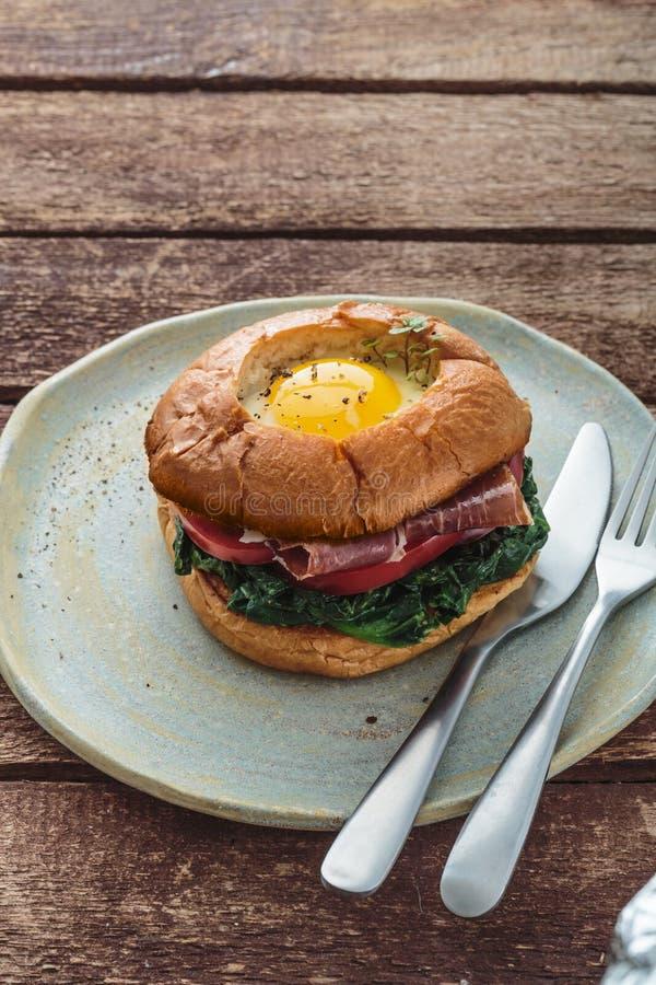 De Hamburger van het Homemmadebacon met Eisla en Tomaat stock foto