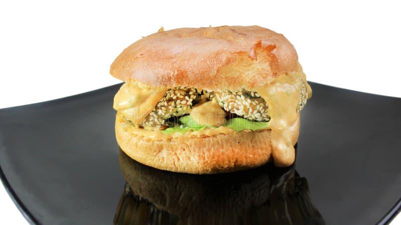 De hamburger van de vissenkaas met de kaassaus en aioli stock foto's