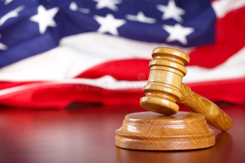De hamer van rechters met vlag stock foto