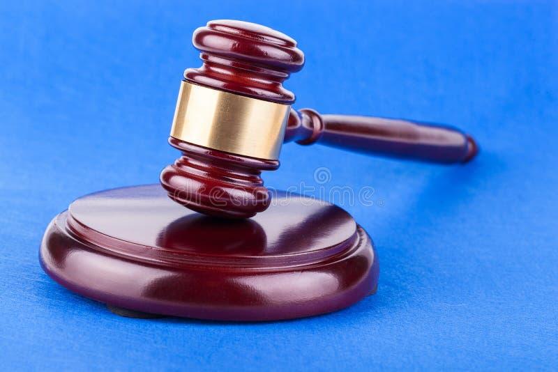 De hamer van rechters op blauwe achtergrond stock afbeelding