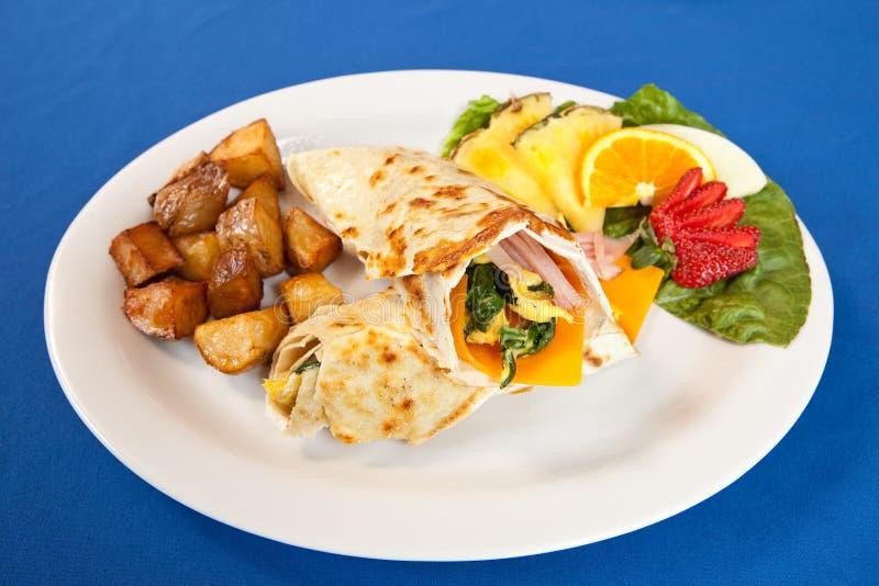 De hamkaas van eieren en de omslagschotel van het spinazieontbijt stock foto
