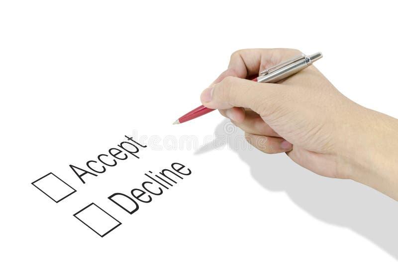 De hand die een klassieke pen gebruiken beslist aan keus goedkeur of daal stock foto