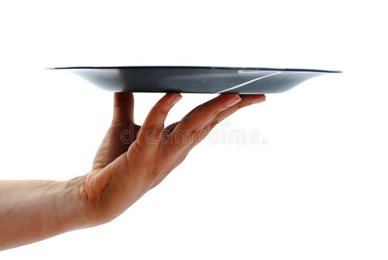 De hand die van de vrouw lege zwarte schotel geïsoleerdo houdt stock fotografie