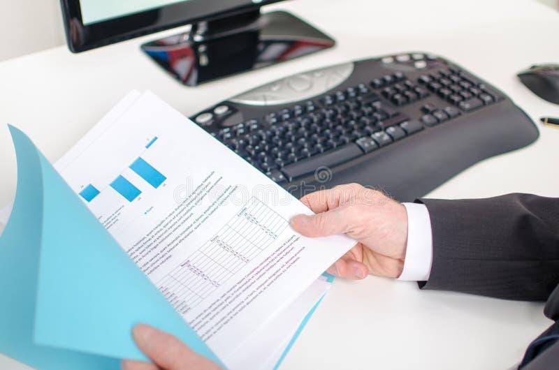De hand die van de zakenman een document houdt royalty-vrije stock foto